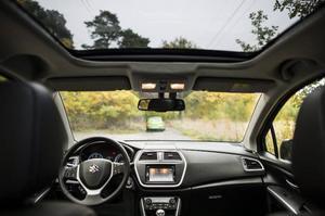 Det jättelika öppningsbara panoramaglastaket är standard den dyraste Executive-versionen. Men det stjäl lite takhöjd.Foto: Pontus Lundahl/TT