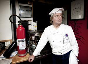 Kocken Göran Walldén vid den gymnasiala restaurangskolan i Folkets hus ingrep snabbt och lyckades kväsa brandungen i sin linda med en kolsyresläckare. Han avstyrde därmed en hotande storbrand i centrala Smedjebacken.