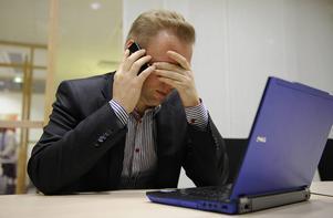 Var fjärde person med högskoleutbildning har någon gång det senaste året stannat hemma från jobbet på grund av psykisk utmattning eller stress, skriver Göran Arrius.