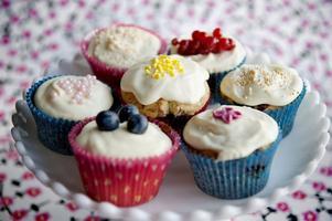 Att baka cupcakes är riktigt kul. Gå loss med fina formar och pråligt pynt.