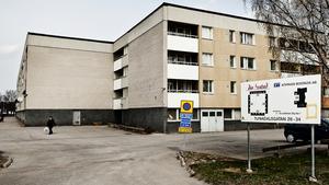 Tre män är häktade för skottlossningen i Köping i onsdags kväll.