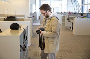 På språng. Journalisterna får ibland både skriva och foto- grafera. Nyhetsreportern Peter Jaslin ser över utrustningen.