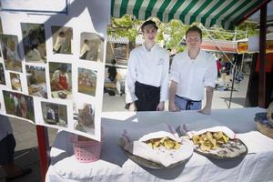 Mat och boende på Höghammargymnasiet bjöd på det italienska brödet focaccia. Eleven Daniel Pettersson, till vänster, och läraren Andreas Norin var några som hade bakat.