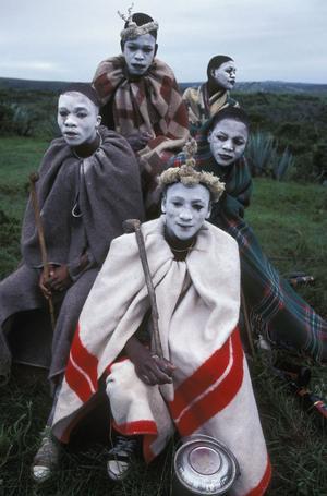 Rymans bildserie visar att oavsett kultur, religion och tradition är människor i grunden lika – och har alla ett behov av att manifestera de livsavgörande steg vi tar. En grupp xhosaynglingar i Ciskei, Sydfrika, som genomgår den traditionella manliga initiationsriten. Deras ansikten är vitmålade som skydd mot onda krafter.