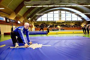 Lars Lundberg, ordförande för Sandvikens gymnastikförening, är trött på att behöva flytta alla redskap fram och tillbaka mellan specialhallen på Söderskolan och Jernvallen. Flyttandet sliter också på redskapen som är dyra i inköp.