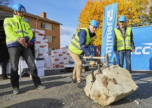 Arkivbild. Första släggslaget för kvarteret Lindaren på Malmaberg. På bilden syns Ulf Ericsson, NCC och Gustav Hanstad och Lars Korkman från Mimer.