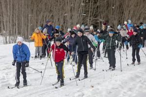 Efter invigningen startar tävlingen i längskidåkning på spåret nedanför skolan.