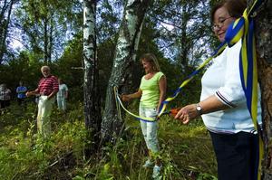 Bandklippning. Görel Wernberg och Christina Heijkenskjöld, som upplåtit marken till naturreservatet klippte bandet. Foto:Mikael Forslund
