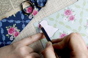 1 Använd mall. Använd ett hårdare, gärna mönstrat, papper. Gör två spegelvända och limma ihop för en tvåsidigt likmönstrad kyckling.