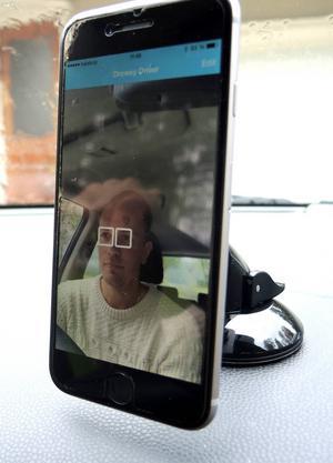 Appen låser på ögonen och ger ifrån sig ett ljud när ögonen sluts längre än en kortare blinkning.