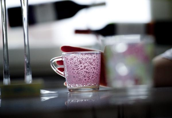 Än så länge ger Sofies och Fredriks hem ett stramt intryck, men vartefter de inreder mjukas det upp, till exempel med småblommig kaffeservis i glas som de hittat på Ikea.