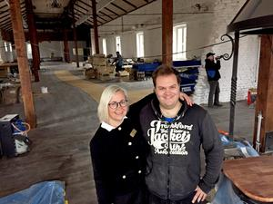 Försäljningsansvariga Sofia Granlund och kocken Andreas Wendelin i det gamla stallet som byggs om till BBQ-restaurang.