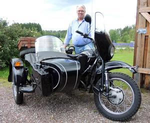 I Rolf Gradéns garage står en rysk mc med sidovagn vilken han ibland luftar i samband med en tur längs dalavägarna.