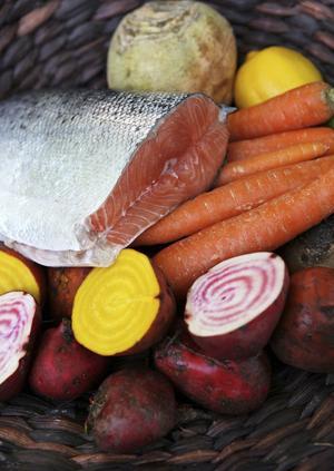 En bit färsk lax och säsongens rotsaker är en fin början på en maritim höstmiddag.