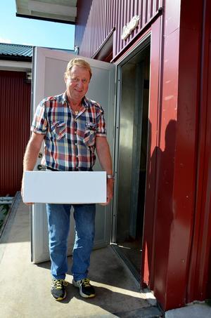 Börje Fröberg från Hembygdsföreningen bär glatt ut bidraget till Oskarsgalan.