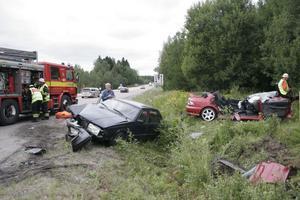Två bilar krockade vid norra infarten till Gnarp på lördagseftermiddagen. Tre personer fick föras till Hudiksvalls sjukhus.