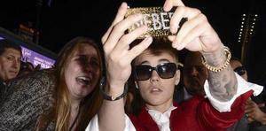 Justin Bieber tar en selfie tillsammans med ett fan.