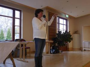 Lena Broman berättade om vilken hjälp man kan få som anhörig till en demenssjuk.