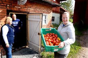 Liselotte Dahlin är imponerad och glad över att Maria och Fredrik Pellas fortsätter traditionen att odla KRAV-godkända grönsaker.