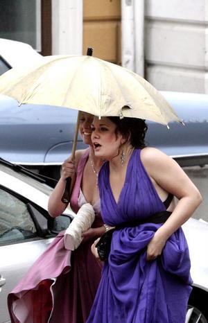 Pauline Dolk och Evelina Thimper delade paraply. – Skit! kommenterar Evelina vädret, men hon och kompisen Pauline verkade ändå vara på bra humör.
