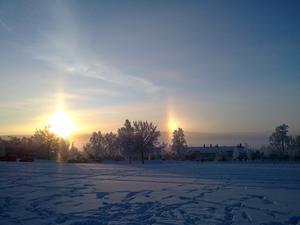 Bilden är tagen vid Österängen. Det ser ut som två solar men det var en regnbåge.Hälsnigar Marita Wikström