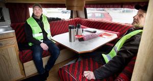 Magnus Nyhem, till vänster, och Heikki Lindgren, till höger, fick ta första passet som strejkvakter vid bilprovningen i Ljusdal på torsdag morgon. Det blev en del kaffe i husvagnen mellan rundorna på området.