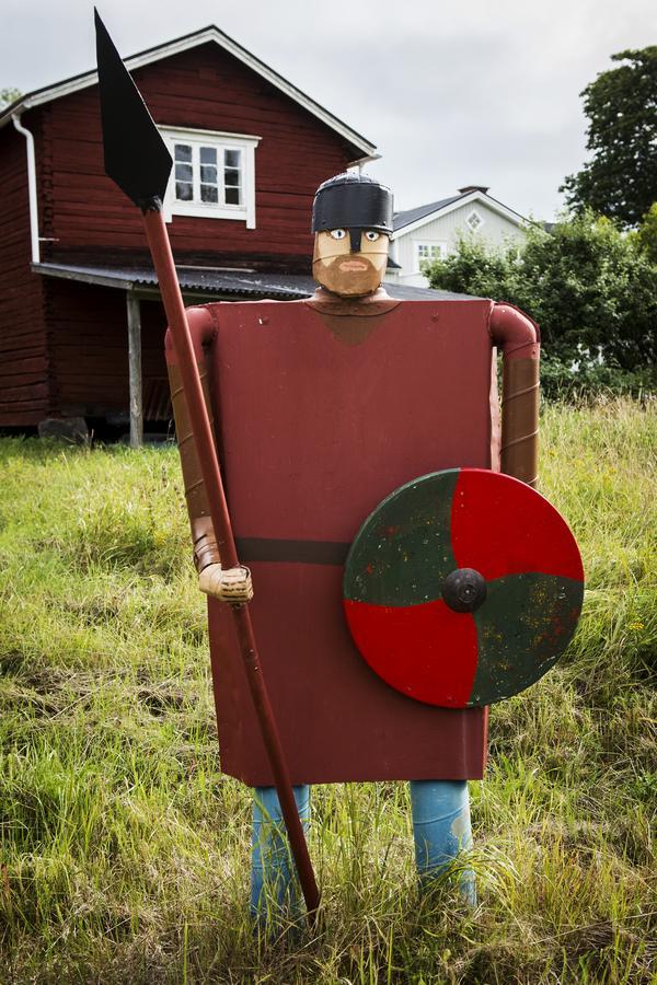 Vikingen Fredrik vaktar hela skulpturparken.