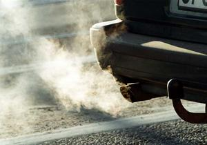 Pengar och rök. Tomgång - dåligt för miljön och plånboken.Foto: Scanpix