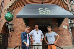 CC-Pubens ägare Lennart Vallanger till vänster tillsammans med Christian Dalin (i mitten) och Leif Olsson, till höger, från bandet Blue DeVilles.