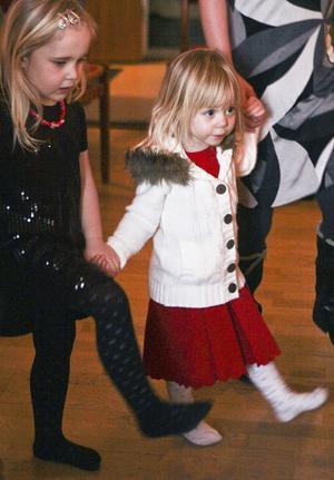 Ester Schlömer, snart 4, och Elina Stenberg, 2, kunde dansa åt både det ena och det andra hållet.