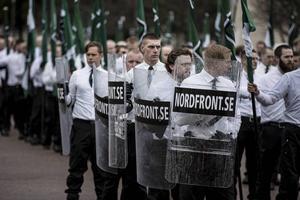 Nordiska Motståndsrörelsen med kravallsköldarna.