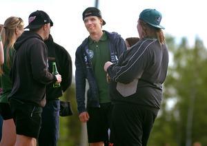 Ishockeyspelaren Emil Pettersson bytte klubba mot slagträ för en dag.