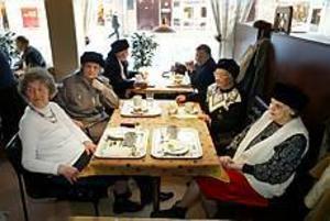 Foto: LASSE WIGERTVeckoträff. Maj Sandin, Ester Björk, Mary Andersson och Karin Jonsson ville gå en sista gång till sitt Domusfik.