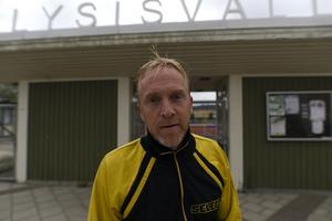 Pär Styrman utanför sin gamla hemmaarena, iklädd en gammal lagdress.