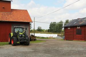 Lars Wallinder arbetar bland annat med jordbruk på gården.