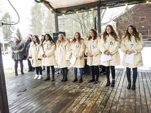 Tidningen Härjedalens luciakandidater besökte julmarknaden och många besökare passade på att rösta på sin favoritkandidat.