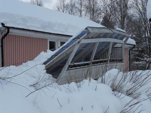 Se vad snö kan göra! Detta hände när blöt snön kom. Taket orkade inte mer, så den gav upp.