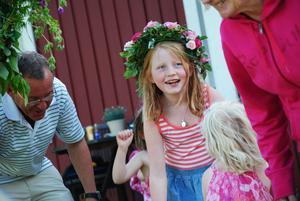 Klara, 10 år i centrum på sommarfesten. Foto Hans Larsson