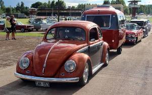 Nej, någon cab är det minsann inte, men väl en VW-bubbla med tillhörande matchande husvagn. Foto: Eric Salomonsson