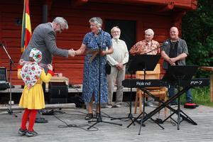 Årets Grytnäsbo 2011 blev Birgitt Broström. Priset delades ut av Göran Boman. I bakgrunden syns tre av de personer som fått utmärkelsen tidigare.
