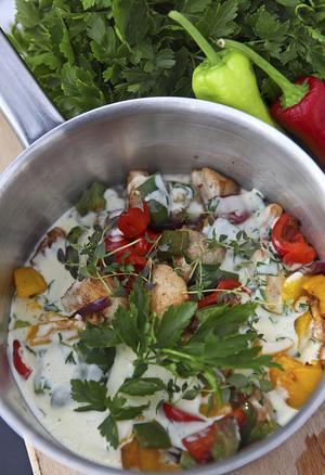 Kyckling, paprika i olika färger och massor av färska örter trängs i den vårlika grytan.