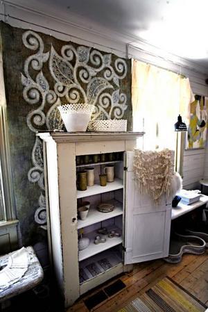 Vackert tygtryck som konst på väggen.