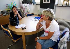 Jenny Tjällden, kanslist på PRO och Bibbi Thelin, kanslist på ABF, kunde inte gå in i sina vandaliserade kontor.