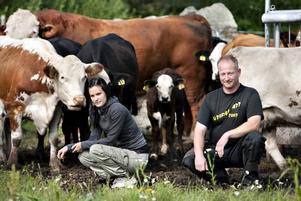 Larsa Hillbom och Andrea Wiik tror att det går ut över djuren att små slakterier försvinner när allt ska bli så           billigt som möjligt. Nu öppnar de snart en gårdsbutik i Norra Åbyggeby.