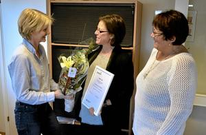 Uppmuntran. Marie Ekblad, från socialförvaltningen och socialnämndens ordförande Irja Guistavsson delade ut tillgänglighetspriset 2013 till Lindesbergs golfklubb som klubbchef Annika Lundin tog emot.