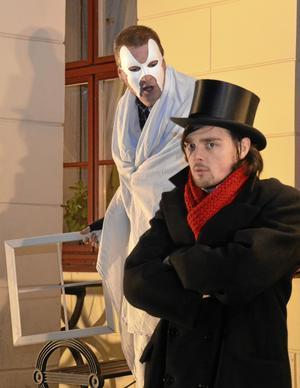 Skådespel. Charles Dickens julsaga fanns i lucka nummer 8. Glenn Ahlström spelade spöket och Anton Karlkvist hade rollen som Scrooge.