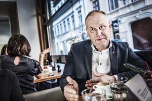 Som en eftergift till Jonas Sjöstedt (V) vill regeringen nu förmånsbeskatta privata sjukvårdförsäkringar.