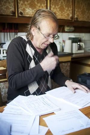 """I april kom Försäkringskassans besked att Kent Öst enligt de nya reglerna inte längre är berättigad till sjukersättning eftersom """"arbetsförmågan"""" inte är tillräckligt nedsatt.– Det är otänkbart att jag skulle återgå till något arbete. Jag har koncentrationsproblem, jag klarar inte kyla, blåst, stress och ansträngning. Helst ska jag inte stå stilla eftersom det ökar risken att svimma, säger han."""