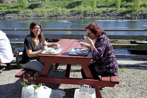 Annika Nyman, Sunnanå, och Susanne Nyman, Sunnanå, passade på att fika efter att de handlat plantor.
