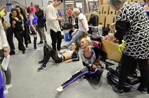 Helt utpumpad sjunker Amanda Nilsson 16 år ner på golvet efter genomförd tävlingsrond. Hon har tävlat sedan hon var åtta och ska delta i EM i Örebro i maj.